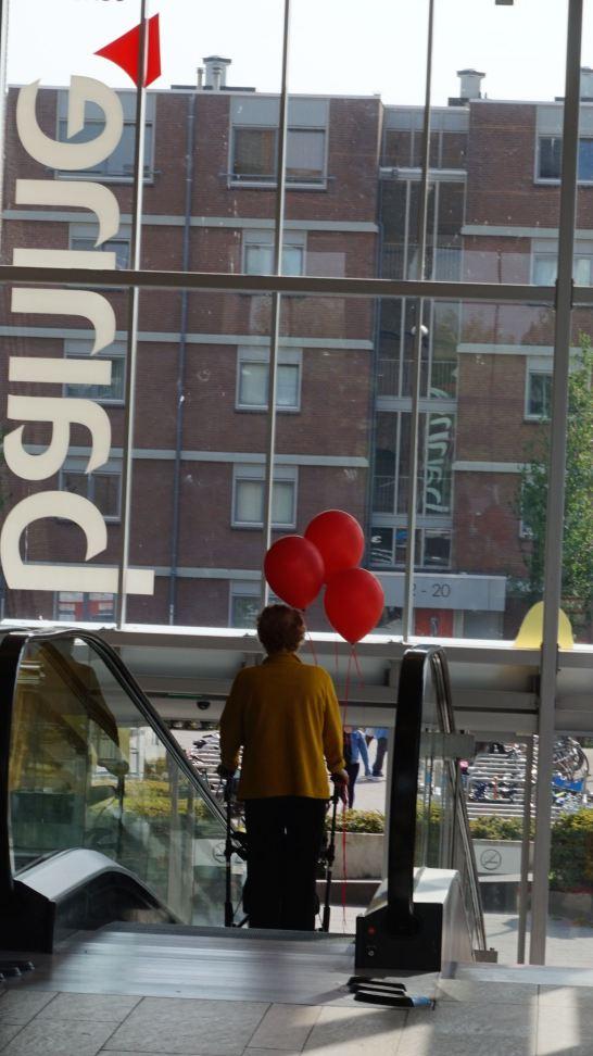 DSC02037 vrouw roltrap ballonnen kopie
